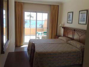 Säng eller sängar i ett rum på Apartamentos Nerja Bahia
