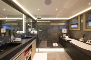 A bathroom at Hotel Le K2 Altitude