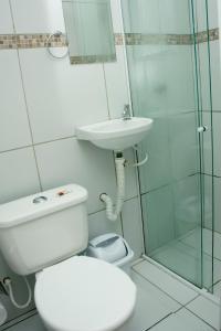 A bathroom at Pousada Moda New Aeroporto