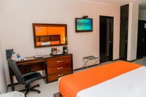 Una televisión o centro de entretenimiento en Comfort Inn Cancún Aeropuerto