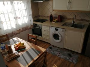 A kitchen or kitchenette at Lozano View
