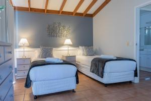 A bed or beds in a room at Hermitage Hideaway