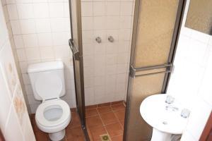 A bathroom at Hostal Copacabana