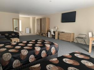 A television and/or entertainment centre at Quality Hotel Sherbourne Terrace