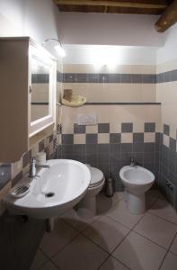 A bathroom at Scorci Di Mare