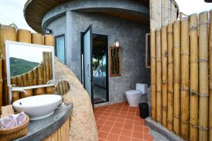 A bathroom at Sai Daeng Resort