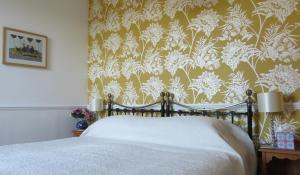 A bed or beds in a room at Avondale Guest House