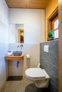 A bathroom at Almdorf Almlust