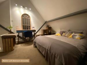 A bed or beds in a room at Beaumont Cottage