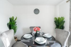 A restaurant or other place to eat at Suites by Rehoboth - Abbey Wood Station - London Zone 4