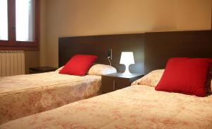 A bed or beds in a room at Hostal Cafeteteria Goya
