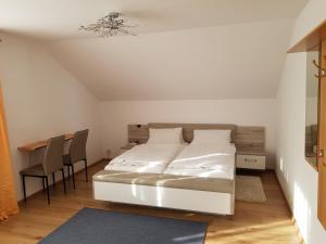 A bed or beds in a room at Pension Hofer