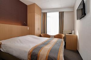 Een bed of bedden in een kamer bij Hotel Du Commerce