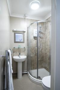 A bathroom at The Causeway Guest House