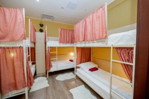Двухъярусная кровать или двухъярусные кровати в номере High Level Hostel