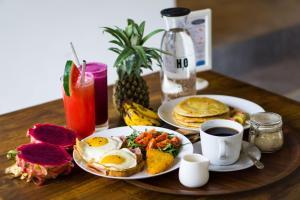 Breakfast options available to guests at Jago Gili Air