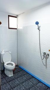 A bathroom at Myanmar Beauty Hotel 2
