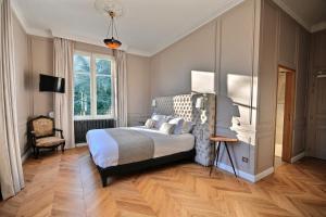 A bed or beds in a room at Château de la Bribourdière