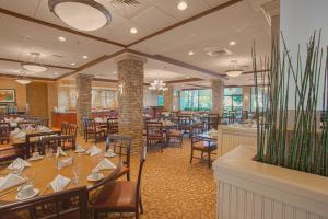 A restaurant or other place to eat at Crowne Plaza Hotel Executive Center Baton Rouge, an IHG hotel