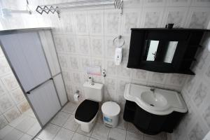 A bathroom at The Queen Hostel