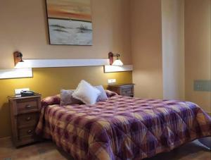 A bed or beds in a room at Hotel Sierra de Araceli Lucena