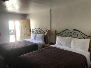 A bed or beds in a room at Sinawav Trail Lodge