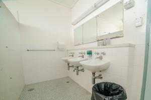 A bathroom at North Adelaide Lodge