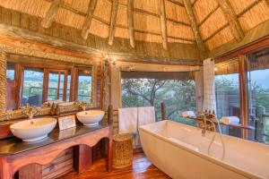 A bathroom at Mbali Mbali Soroi Serengeti Lodge