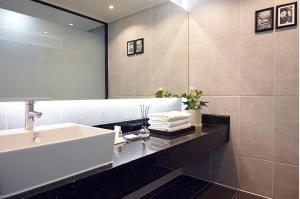 A bathroom at Royal Square Hotel Seoul