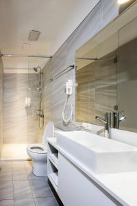 A bathroom at Queens Hotel II