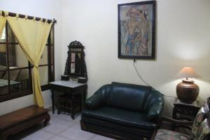 Ein Sitzbereich in der Unterkunft Jambu Inn