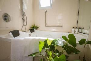 Ванная комната в Nuriel Fruit & Guest House