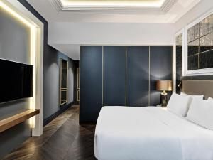 A bed or beds in a room at Sofia Hotel Balkan, A Luxury Collection Hotel