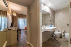 A bathroom at Pato Rojo