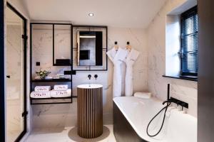Salle de bains dans l'établissement Hôtel Saint-Delis - La Maison du Peintre