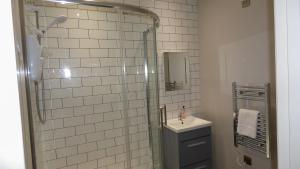 A bathroom at Modern Apartment for Corporate Travellers & Couples