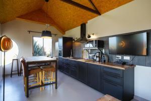 Cuisine ou kitchenette dans l'établissement Les Cottages d'Annie