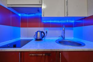 Кухня или мини-кухня в Apartments Na Babushkina 82