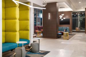 A seating area at Home2 Suites By Hilton Denver Downtown Convention Center