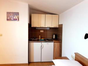 "A kitchen or kitchenette at ""Laurier"" rooms & apartments"