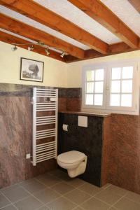 A bathroom at Gîtes de Thouy