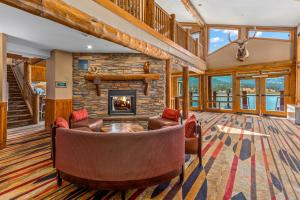 The lounge or bar area at The Estes Park Resort