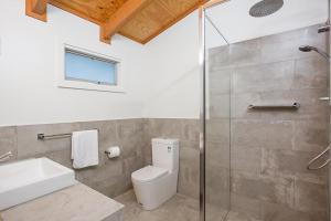 A bathroom at Port Central No 3