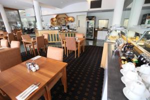 A restaurant or other place to eat at Melbourne Metropole Central
