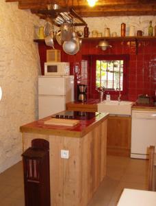 Cuisine ou kitchenette dans l'établissement Gîte La Grange