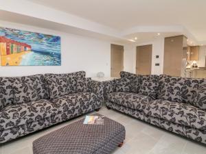 A seating area at Arlington Villas