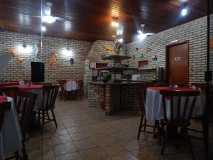 Un restaurante o sitio para comer en Pousada Salines