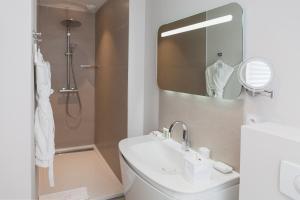 A bathroom at Clarance Hotel Lille