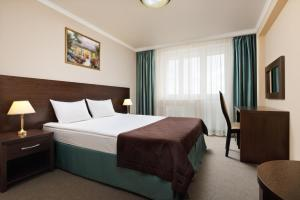 A bed or beds in a room at Continent Hotel
