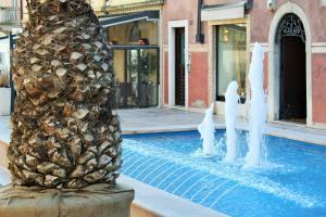 The swimming pool at or close to Hotel Ristorante Commercio